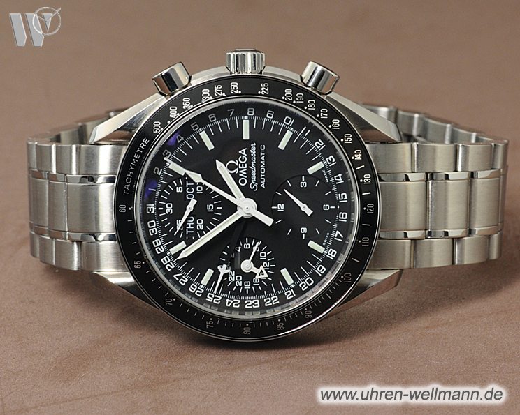 review speedmaster day date Speedmaster automatic (also named «mark iv professional») with day, date and 24 hour register, « tonneau » shaped case, movement fixed in a « container » leather strap or bracelet st 1162/172 or «body armor» 1247/237 with metal extention 1247/238 or adiprene extention 1247/239 or both.